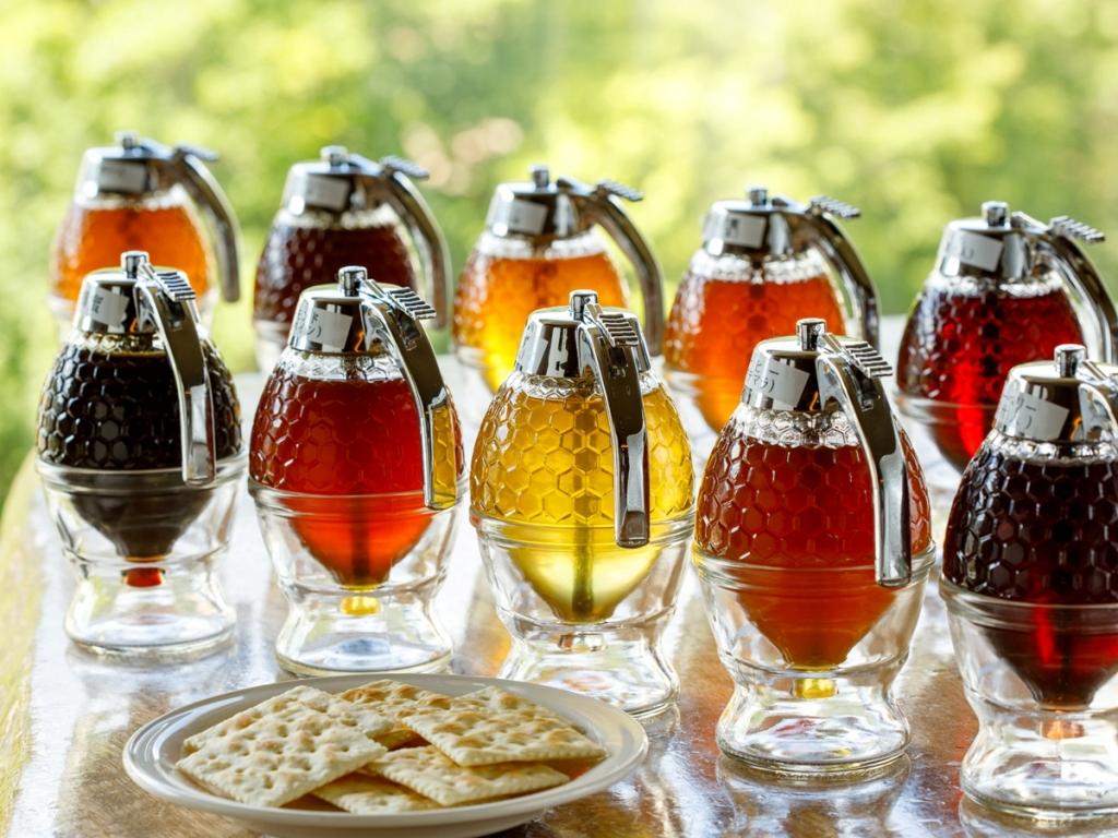 章月名物の蜂蜜バイキング(15時〜22時)。全10種類の蜂蜜をクラッカーにのせてどうぞ