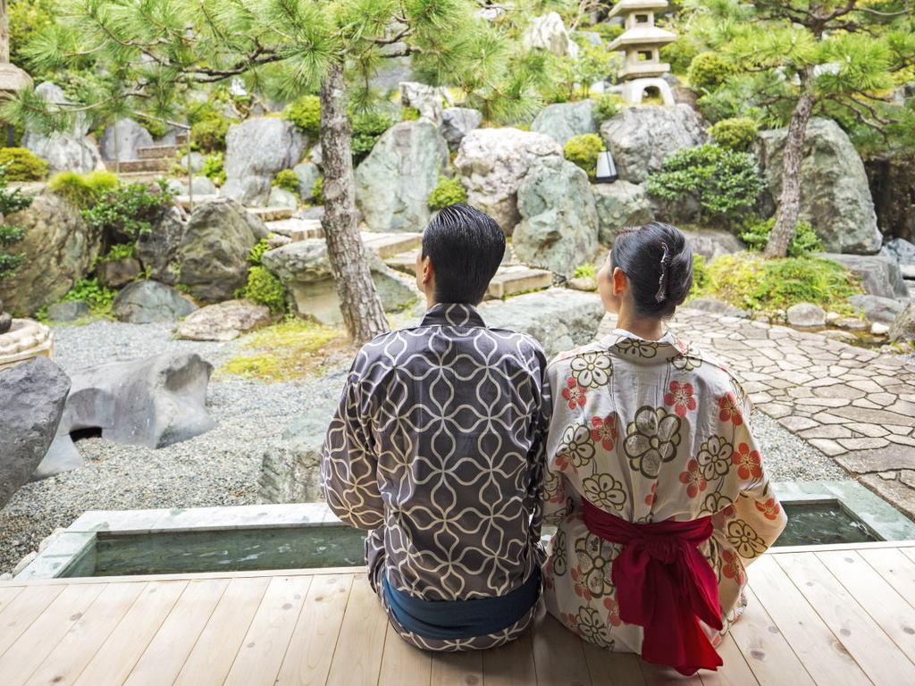足湯に浸かりながら石の大庭園を臨む