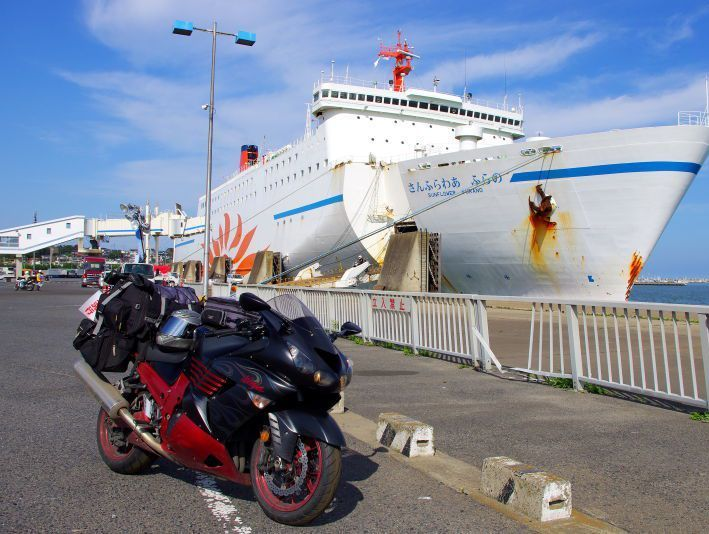 苫小牧港とフェリーとバイク