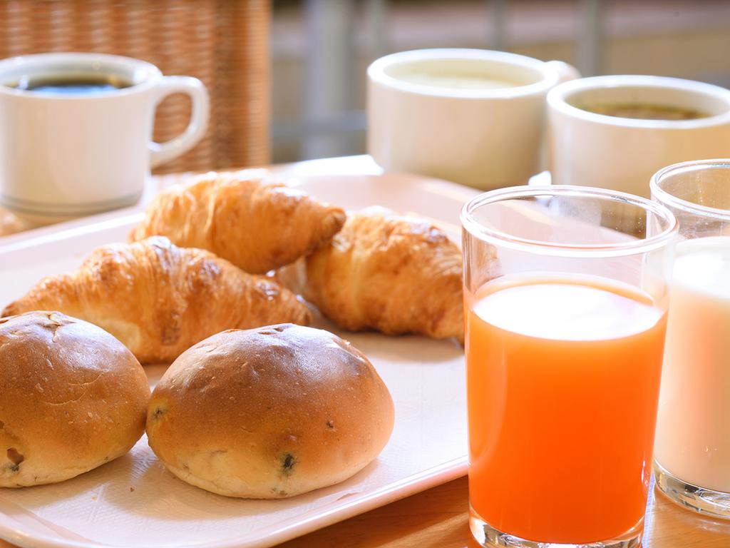 【軽朝食のご案内】焼きたてパンやドリンク等の軽食をご用意しております。7時〜9時まで(3Fロビー)