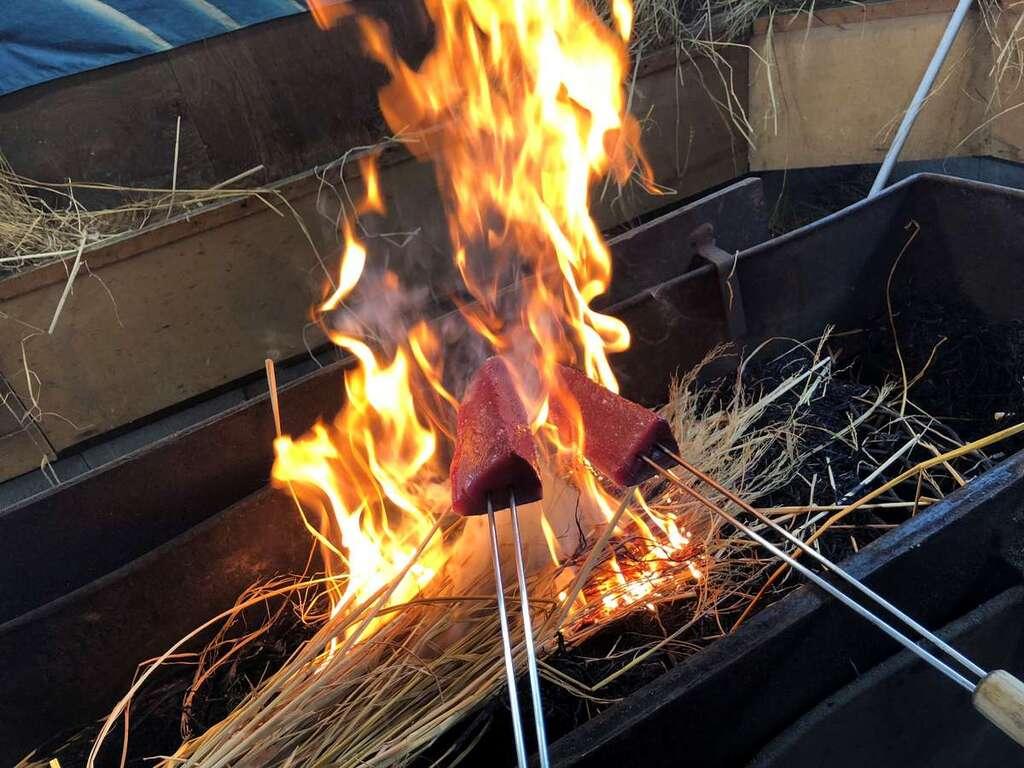 鰹の藁焼きをオープンキッチンで。※イメージ