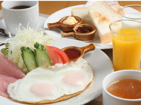 目玉焼きセット(目玉焼き・パン・ハム・サラダ・コンソメスープ・牛乳orオレンジジュース1杯)