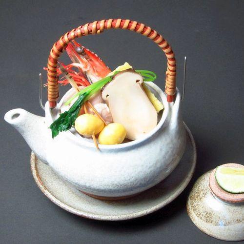 秋料理・椀物変わり:土瓶蒸し(松茸、鶏肉、海老、銀杏など)