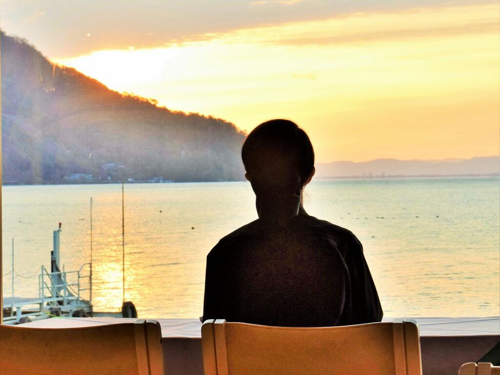 レストランにて 朝日が湖面に映る