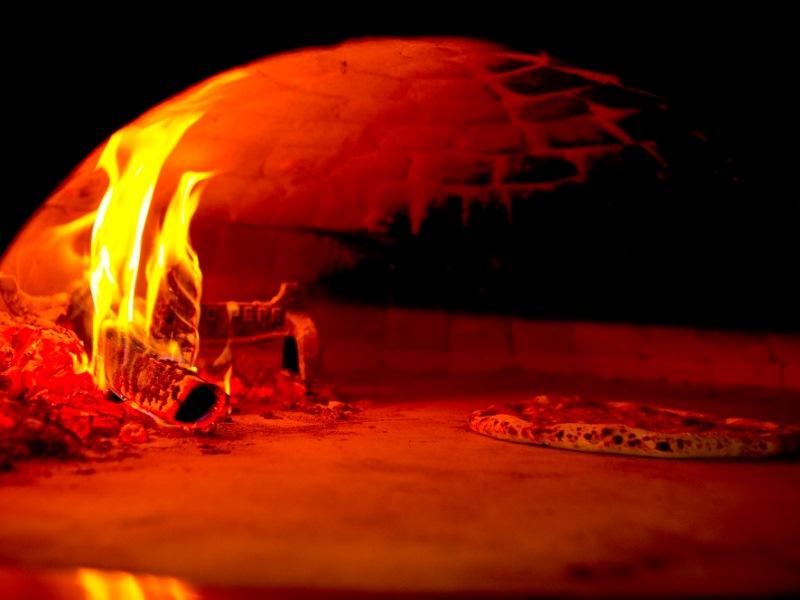 石窯で焼いた本格的なピッツァをお召し上がりください♪