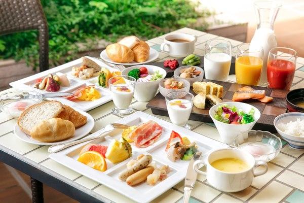 中庭を眺める「DONODONO」で朝食バイキング