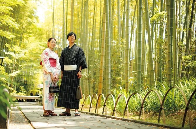 浴衣で歩く竹林の小径