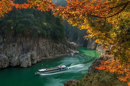 神秘な渓谷  瀞峡遊覧に最適季節