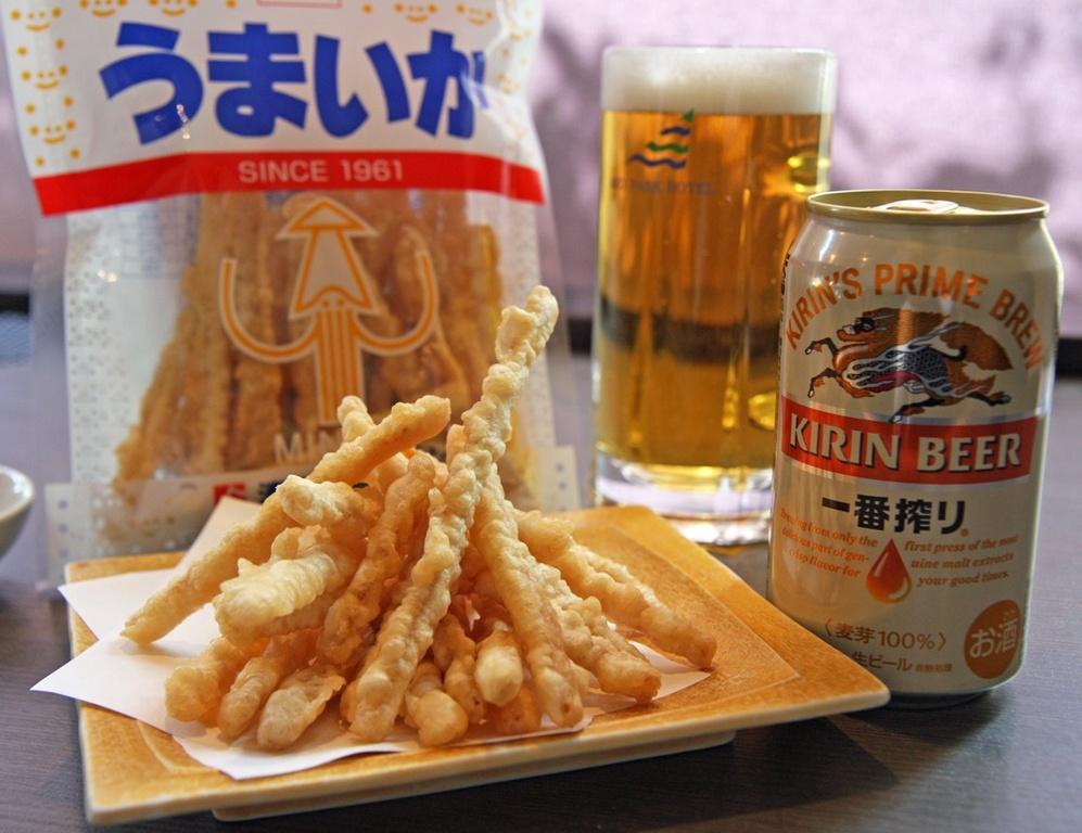 播磨の定番おつまみ「うまいか」と缶ビール♪画像はイメージです。