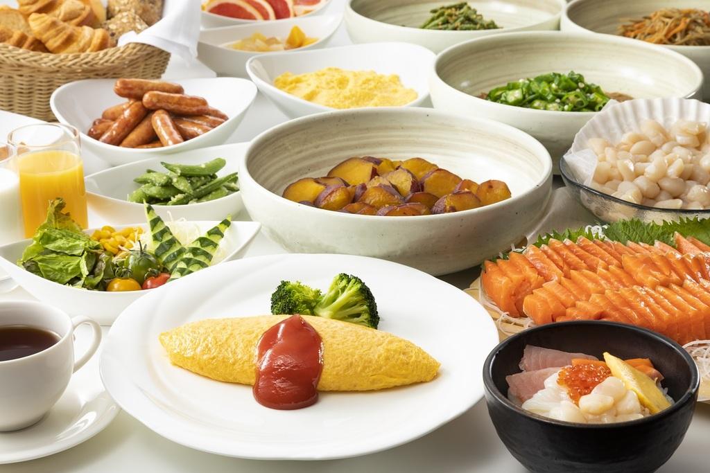 【レストランスラローム】朝食バイキングイメージ。新鮮なお刺身や、和洋中できたてのお料理を朝から思う存分お楽しみください。