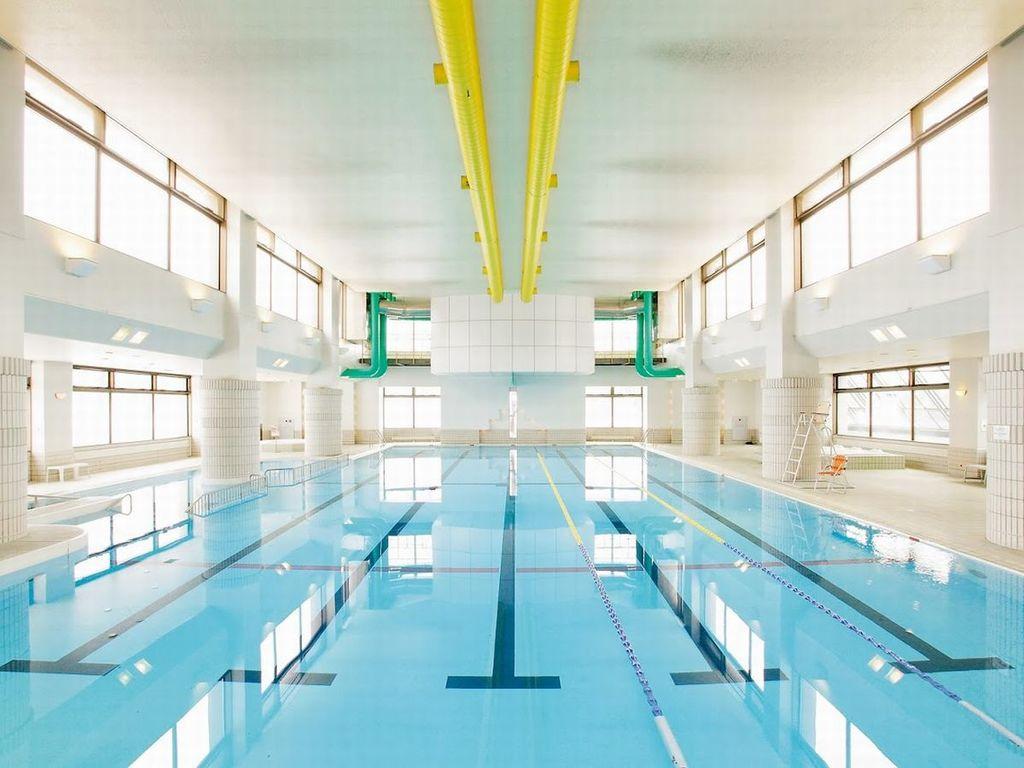 【室内温水プール】25m×5レーンの本格プール。ジャグジーやお子様が遊べる浅瀬もあります。