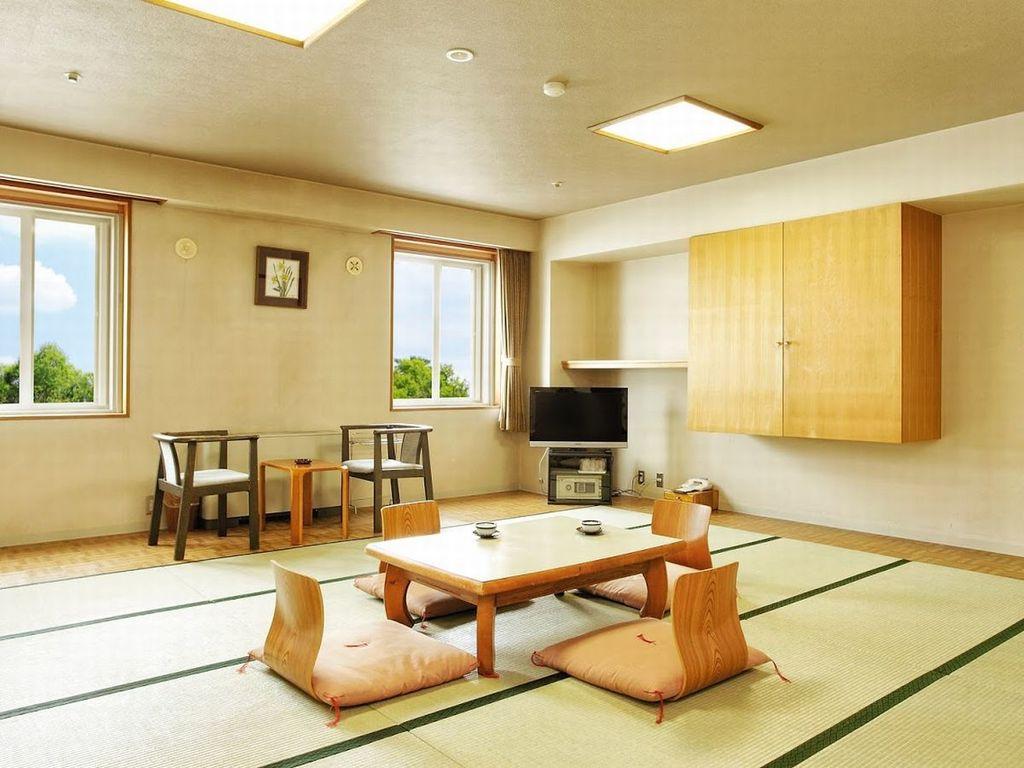【和室(大部屋)】15畳/畳でゆったり、居心地の良いくつろぎのひとときを。8名までご宿泊できます。