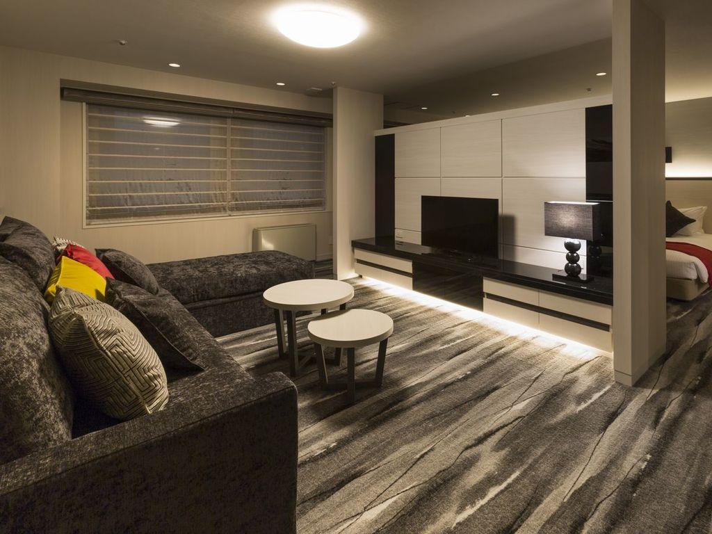 【ジュニアスイートルーム】広々お使いいただけるソファベッドも2つご用意しております。