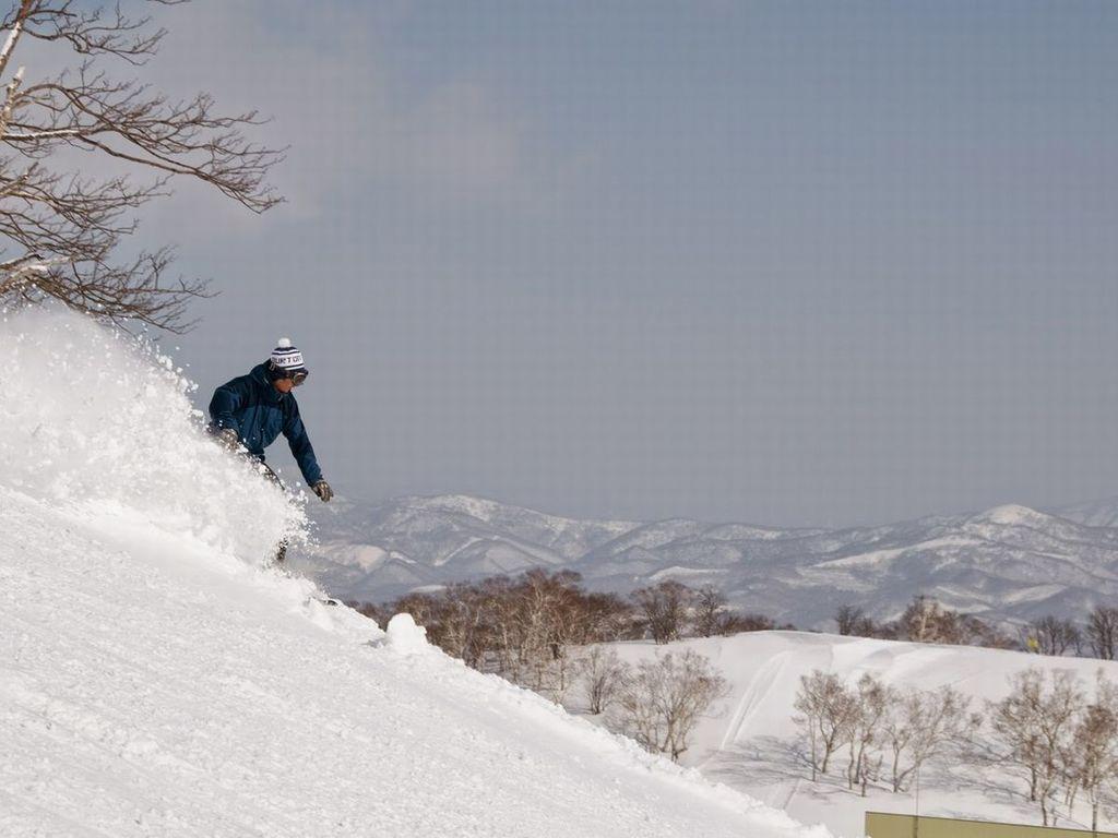 山頂から北海道の雄大な大自然を目にしながら滑り降りる感覚は、ニセコならではの醍醐味。