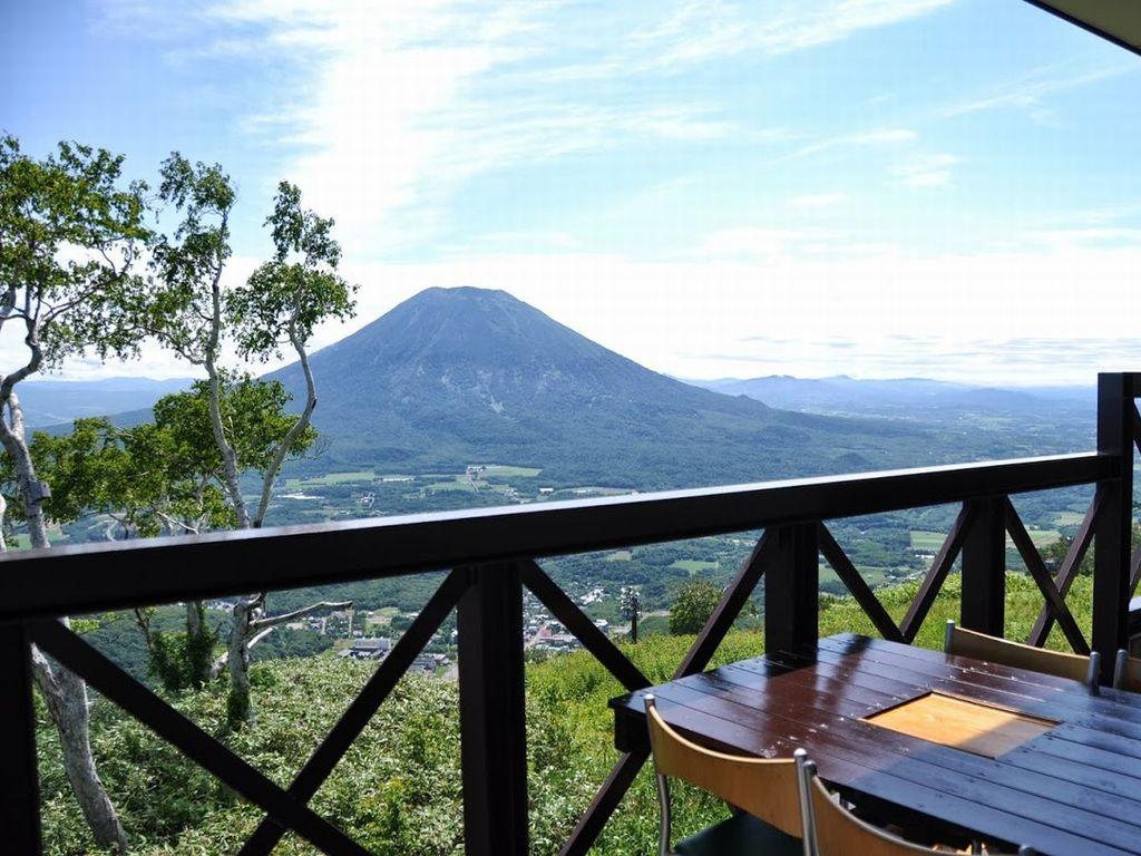 サマーゴンドラ山頂駅レストハウス「エースヒル」。羊蹄山の大パノラマを眺めながら、ゆったりカフェ・スイーツが楽しめます。