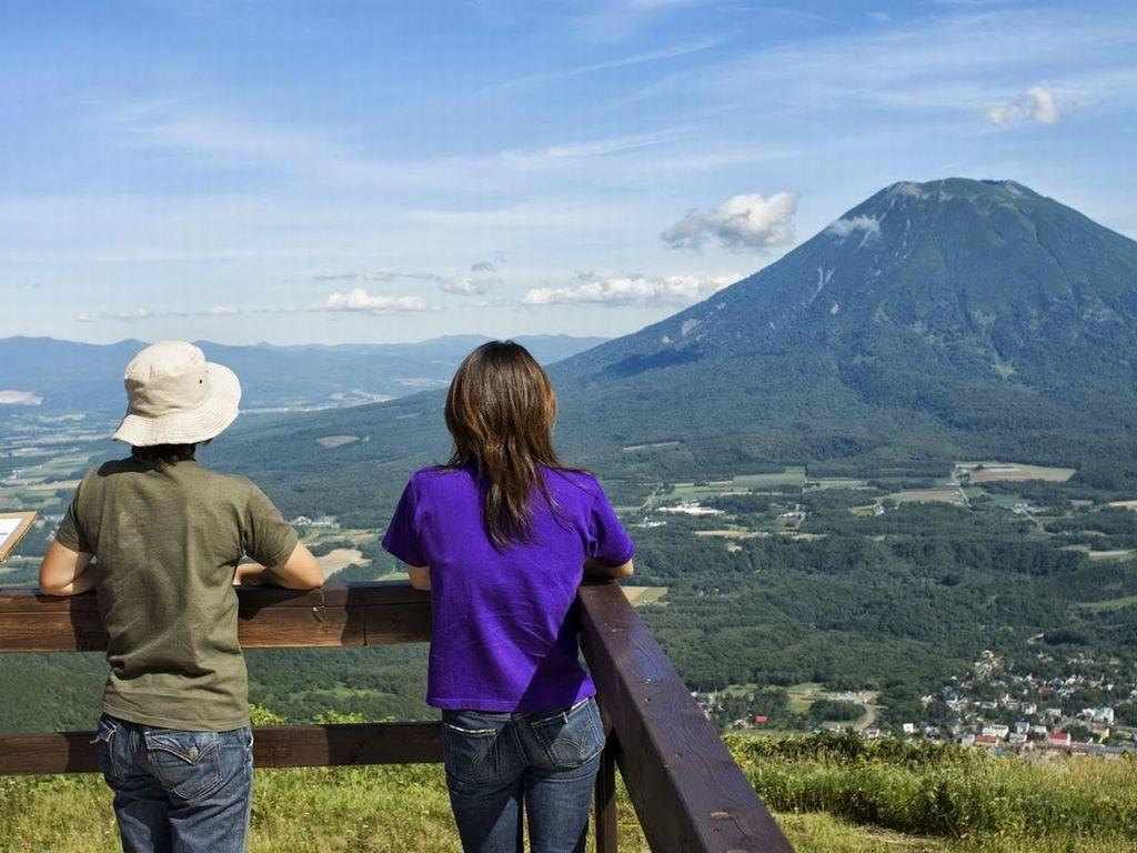 サマーゴンドラ山頂駅「エースヒル」。さわやかな空気のなか正面には羊蹄山やニセコエリアの大パノラマが広がります。
