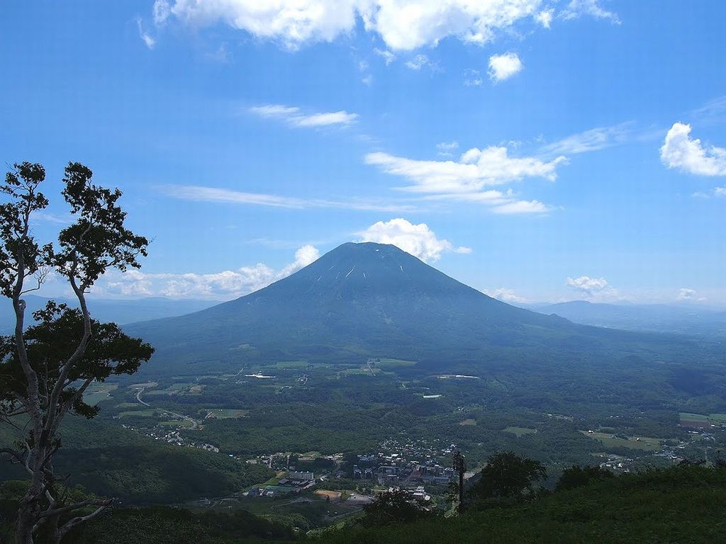 アンヌプリから望む夏の羊蹄山。天気の良い日は余市峠や中山峠、有珠山まで望め、広大な北海道の大地を実感!