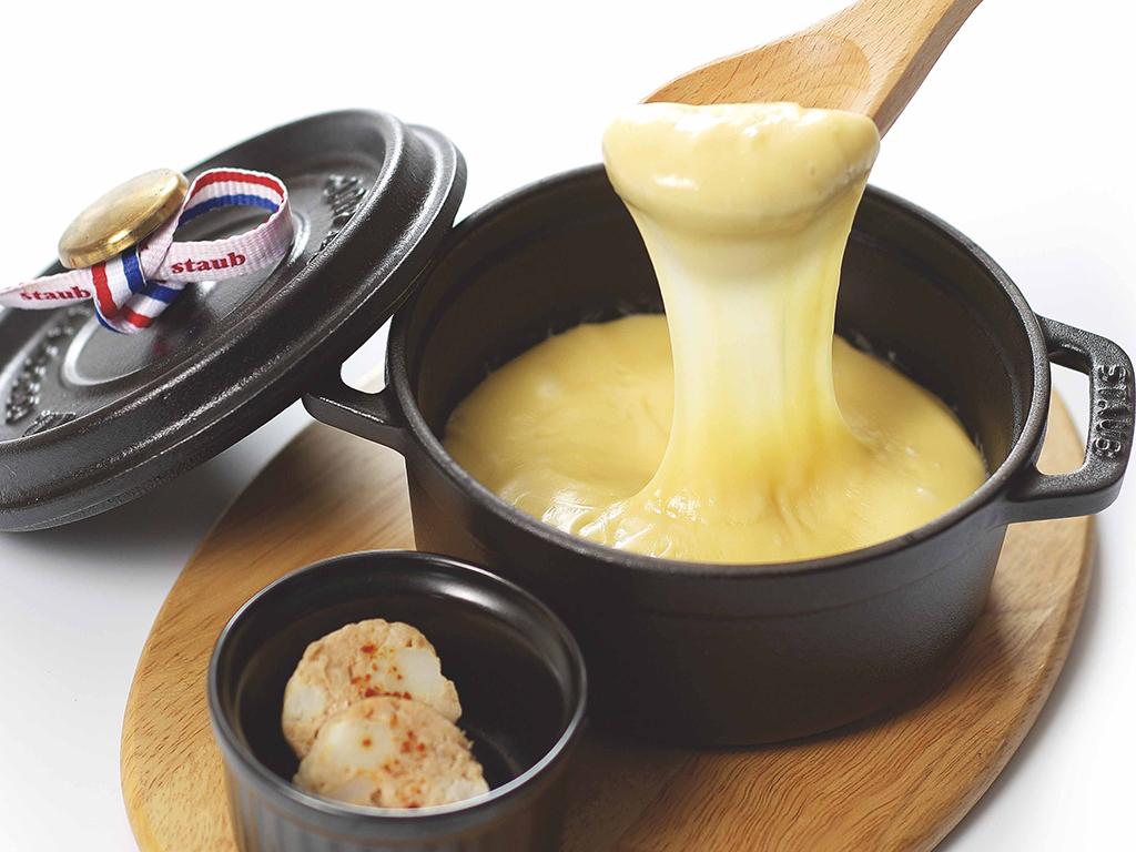 ジャガイモと豚のソーセージ仕立て パイナップルのチーズフォンデュソース