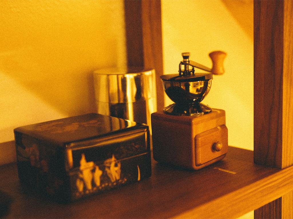 お一人でのんびりコーヒーでも。どちらの部屋にもお飲み物を用意しております。