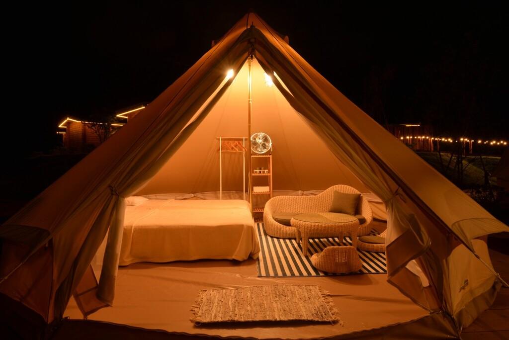 ソファもベッドもあるファミリー向けテント