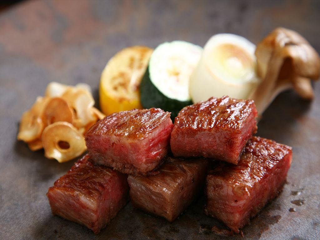 目の前で調理する特選のお肉や近海の旬魚介をお愉しみくださいませ(写真はイメージです)。