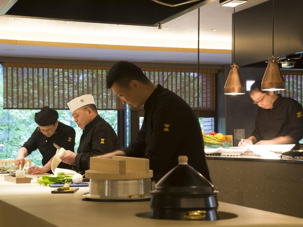 各寶亭留の料理長やシェフが季節ごとに集います。