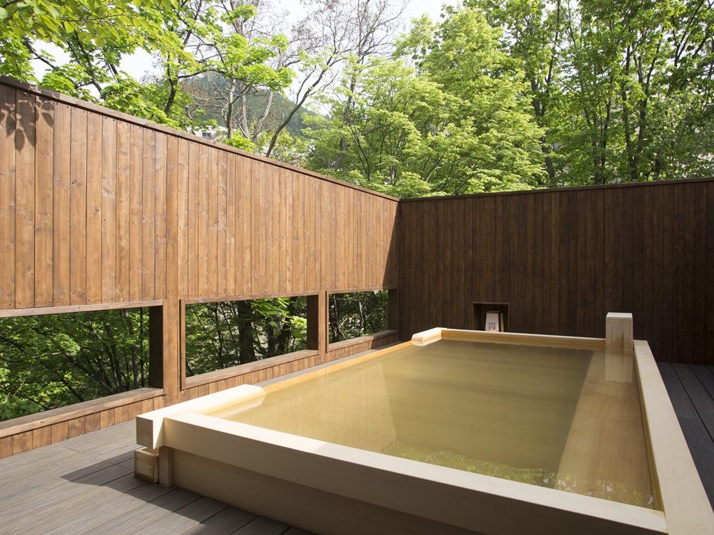 香りの良い檜の露天風呂。川のせせらぎに癒されます。