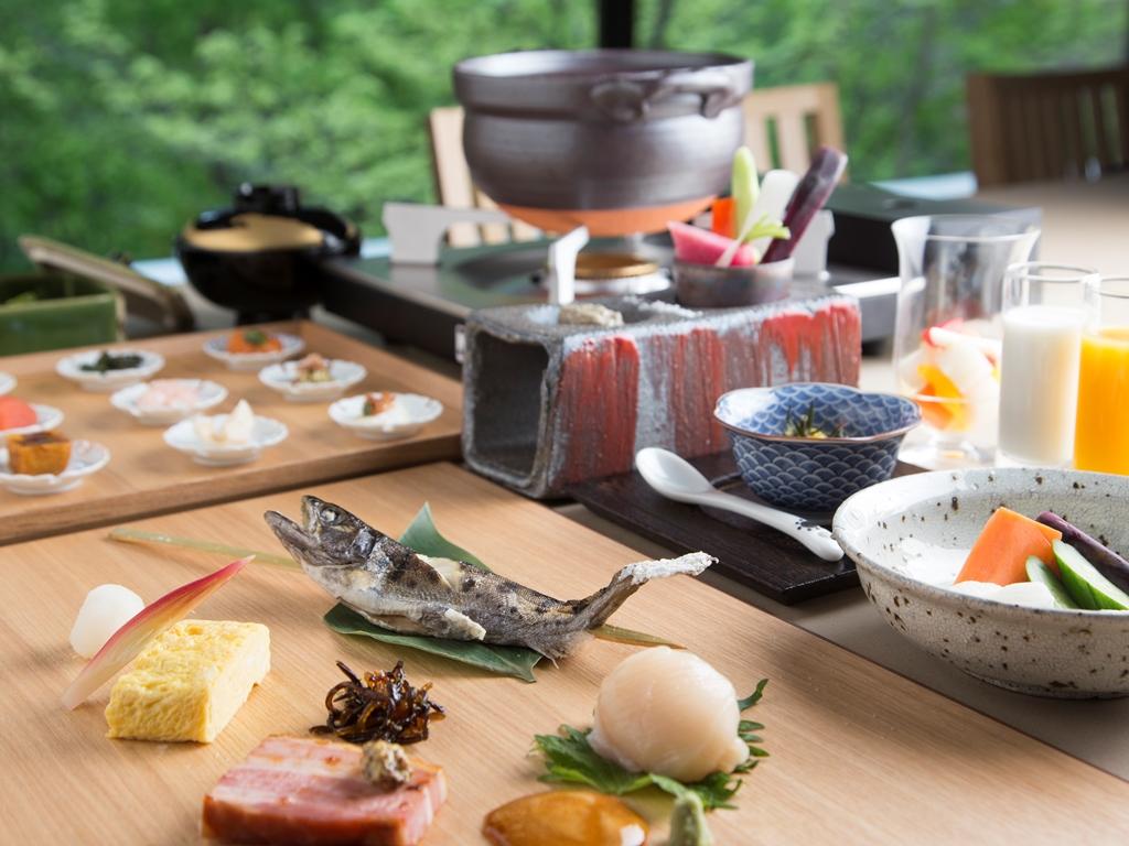 丁寧にとった厨の出汁から始まる朝食。北海道の旬の味覚に一工夫も二工夫も凝らして。