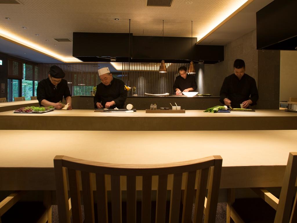 総料理長 夏目が総指揮を執り、各寶亭留の料理長やシェフが季節ごとに集い、その腕を振るいます。