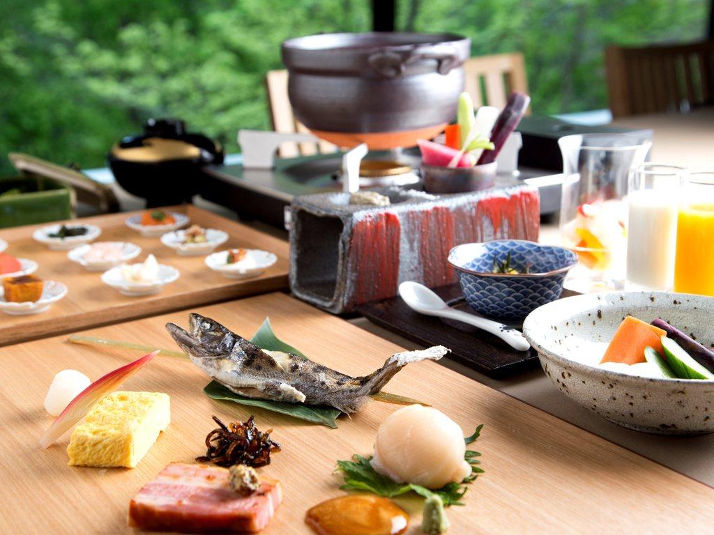 北海道の旬の味覚に一工夫も二工夫も凝らして。器選びや盛り付けにもこだわる。