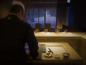 食事処「厨」は、料理人の手仕事や料理をする「音」など、五感で愉しんで頂くオープンキッチンスタイル