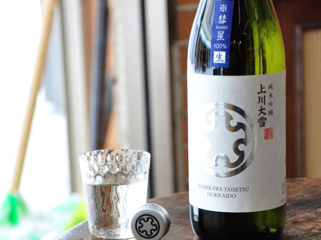 北海道限定の「上川大雪 純米吟醸酒 彗星生」。ゆったりお部屋でお愉しみくださいませ。