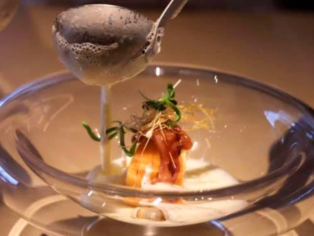 ある日の一品/仕上げはお客様の目の前で。厨でおいしい体験を(写真はイメージです)。