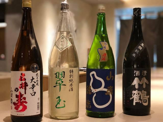 向かって左から、福岡「三井の寿」、秋田「翠玉」、北海道「山廃純米」、広島「竹鶴」。