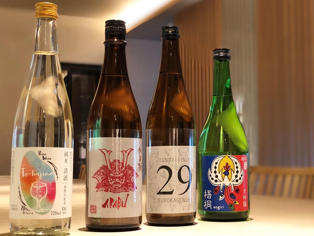 向かって左から【Rice Wine Te-hajime】【AKABU】【29 純米吟醸 無濾過原酒】【梧桐AOGIRI】