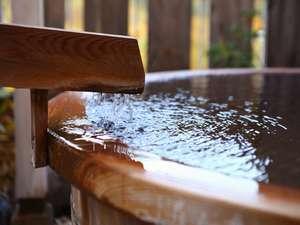 お部屋で温泉に入ってお酒を味わって。心温まるひとときをお過ごしくださいませ(写真はイメージです)。