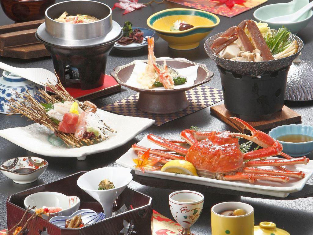 ひとりに1杯の姿蟹が付き、蟹鍋も一緒に楽しめます!