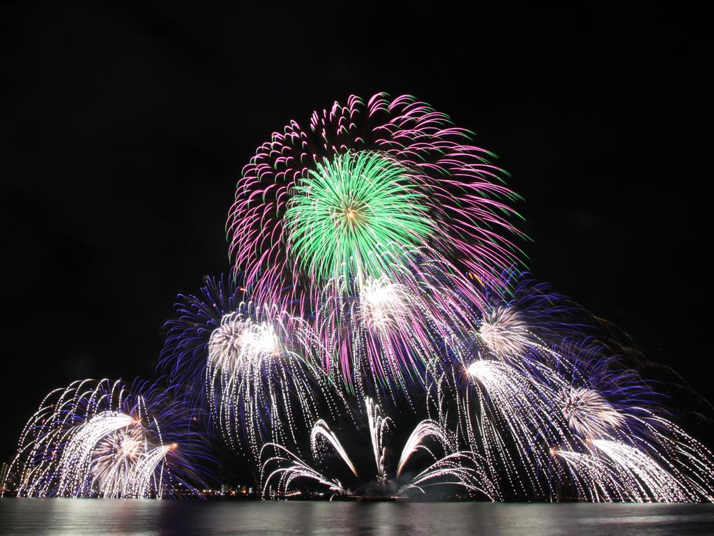 夏の風物詩「松江水郷祭」。西日本最大級!約10,000発の花火が夜の宍道湖を鮮やかに彩ります。