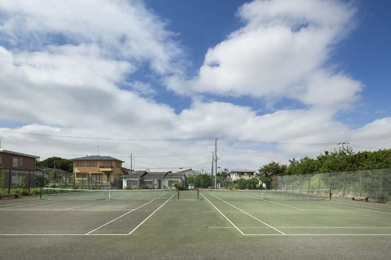 館内テニスコートが15時〜翌朝10時1面無料!
