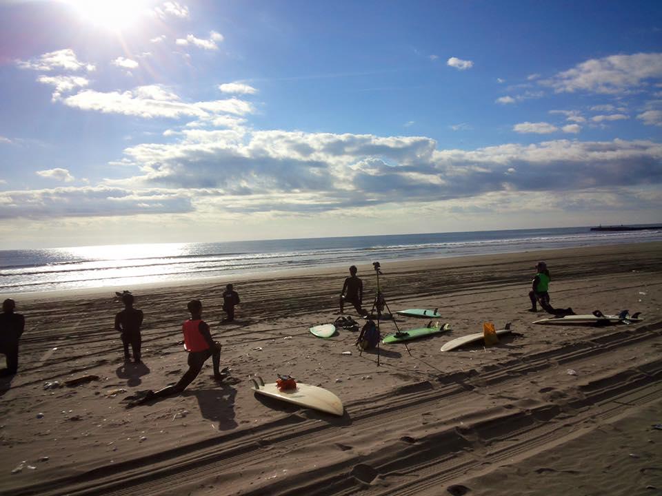サーフィン体験(トレジャーサーフ提供)