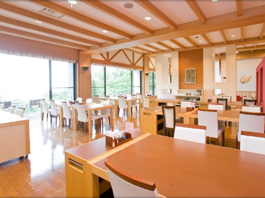 ご朝食は、明るい雰囲気のレストランにて。