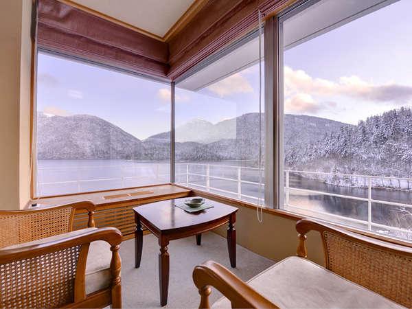 【新館】特別室(客室一例)美しい四季折々の景色と、星明り月明かりに照らされた然別湖をひとり占め。