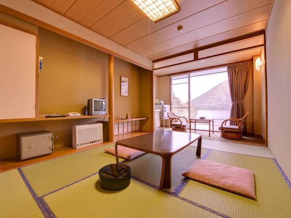【本館】和室7.5畳(客室一例)然別湖の自然を眺めながら、のんびりとした休日をお過ごし下さい。