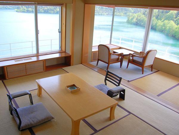 【新館】特別室(客室一例)180度レイクビュー。まるで湖に浮かぶような景色が堪能できます。