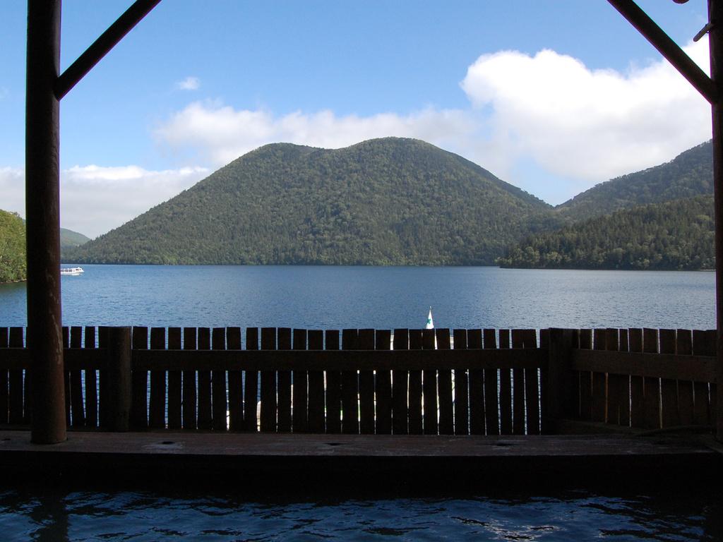 【湖に手が届きそうな露天風呂】源泉100%の露天風呂より、静かな湖畔と、ぽってりした「くちびる山」を一望