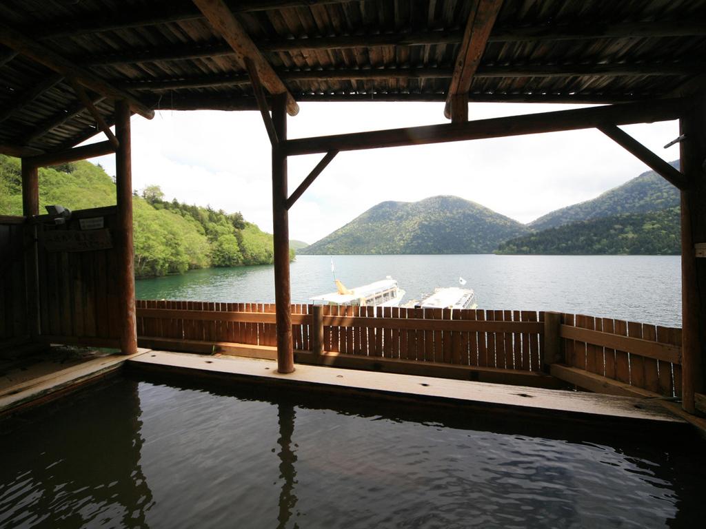 【湖を一望する露天風呂】夜は美しい星空を眺めながらの至福の湯浴みを