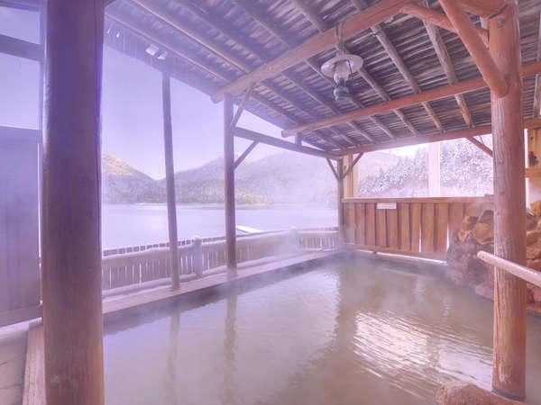 【露天風呂】湖にせりだした露天は、まるで湖に入っているかのような感覚をもたらしてくれます。
