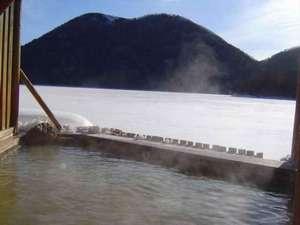 露天風呂より凍った然別湖を望む
