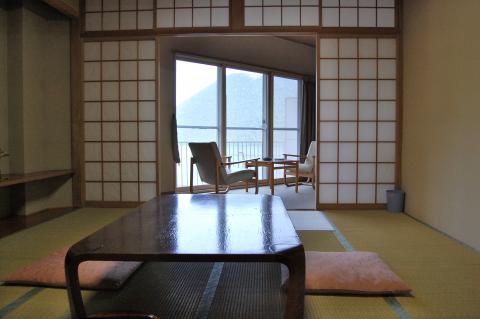 【本館】湖が見えないお部屋/建物の構造上、湖は半分くらいしか見えませんが、10畳の和室なのでゆったりお寛ぎいただけます。