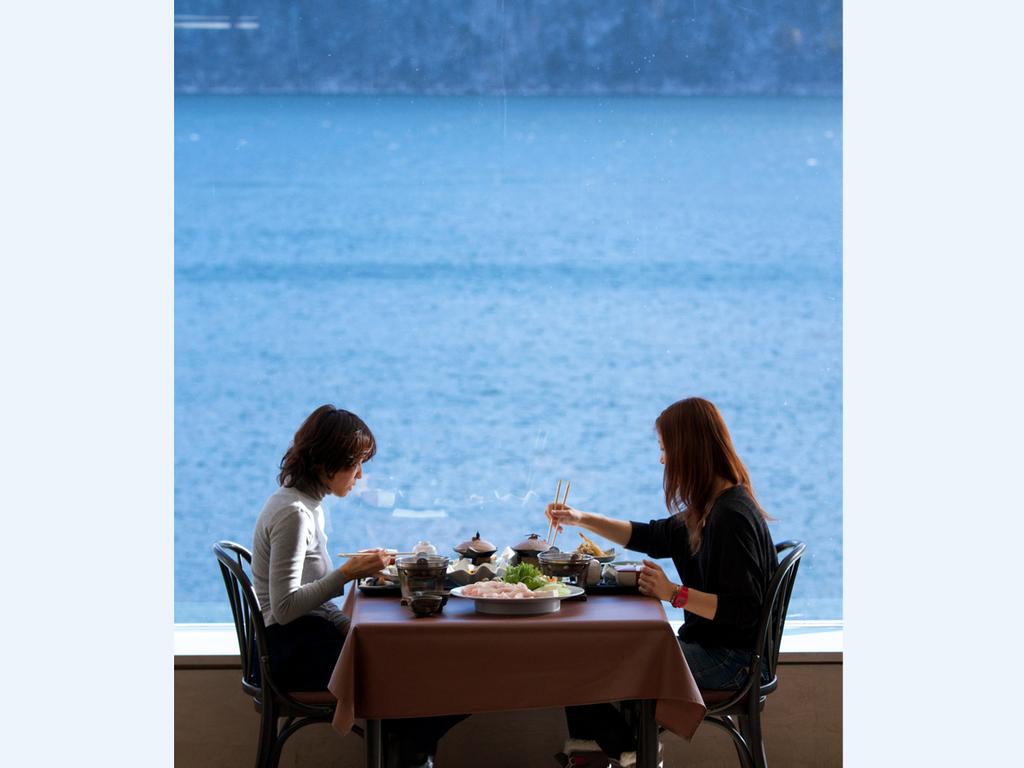 """然別湖に浮かぶ""""特等席""""をあなたに。絶景とともに十勝の幸を堪能できる、1日3組だけの贅沢な時間。"""